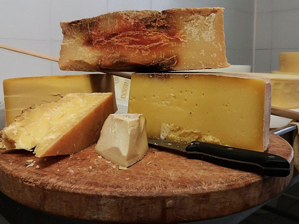 Il tagliere di Andrea Bezzi dove spicca il formaggio di tara