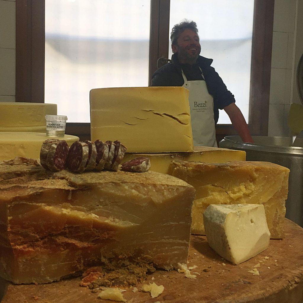 La cortesia di Andrea, ci offre un assaggio con formaggio e salumi